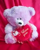 Cartão do urso de peluche com coração vermelho do amor - foto conservada em estoque Fotografia de Stock