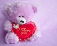 Cartão do urso de peluche com coração vermelho do amor - foto conservada em estoque Fotos de Stock