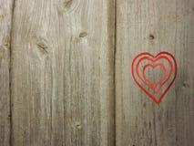 Cartão do Valentim - corações no fundo de madeira Fotos de Stock