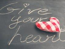 Cartão do Valentim Dê seu conceito do coração na placa preta Imagens de Stock Royalty Free