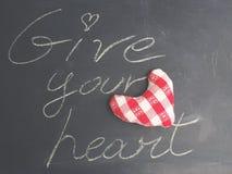 Cartão do Valentim Dê seu conceito do coração na placa preta Imagem de Stock