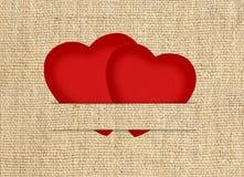 Cartão do Valentim do vintage sob a forma dos corações de papel vermelhos Fotos de Stock