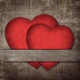 Cartão do Valentim do vintage sob a forma dos corações de papel vermelhos em um fabr Imagens de Stock Royalty Free