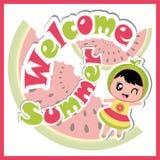 Cartão do verão com a menina bonito no fundo da melancia e desenhos animados vermelhos do quadro para o cartão do verão Imagens de Stock