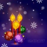 Cartão do vetor pelo ano novo Três velas com a chama sob a forma do galo impetuoso e a bola do Natal três em um backgro Fotografia de Stock