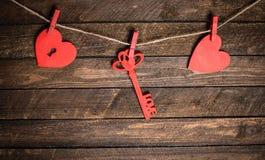Cartão do vintage com corações vermelhos na madeira velha Backgro do dia de Valentim Foto de Stock Royalty Free