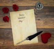 Cartão do vintage com o cervo vermelho do afago, as rosas vermelhas, a tinta e a pena no carvalho do vintage, carta de amor no ca fotografia de stock royalty free