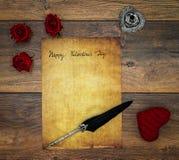 Cartão do vintage com o cervo vermelho do afago, as rosas vermelhas, a tinta e a pena no carvalho do vintage, carta de amor no ca fotos de stock royalty free