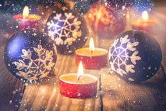 Cartão dos anos novos do Natal As bolas azuis vermelhas brilhantes com ornamento do floco de neve iluminaram velas no fundo de ma ilustração royalty free