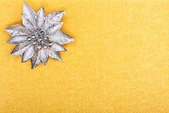 Cartão dourado com flor de prata Fotos de Stock Royalty Free