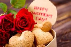 Cartão e cookies do dia do ` s das mulheres Fotografia de Stock Royalty Free