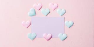 Cartão e corações pasteis roxos no fundo cor-de-rosa da bandeira Fotos de Stock Royalty Free