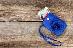 Cartão e dólares de crédito na carteira imagem de stock