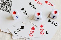 Cartão e dados do póquer Fotos de Stock Royalty Free