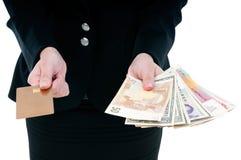 Cartão e dinheiro de crédito da terra arrendada do empresário foto de stock royalty free