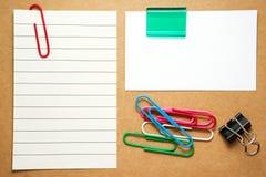 Cartão e nota com clipes fotografia de stock royalty free