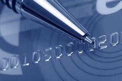 Cartão e pena de crédito imagem de stock