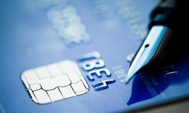 Cartão e pena de crédito imagem de stock royalty free