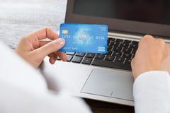 Cartão e portátil de Hands Using Credit da mulher de negócios foto de stock royalty free