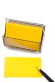 Cartão (em branco) amarelo do negócio no branco com pena Imagens de Stock Royalty Free