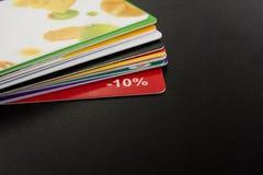 Cartão em branco branco Mesa da tabela do escritório com grupo de fontes coloridas, copo, pena, lápis, flor, notas, cartões sobre Imagem de Stock Royalty Free