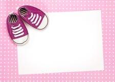 Cartão em branco com as sapatas de bebê cor-de-rosa Fotografia de Stock
