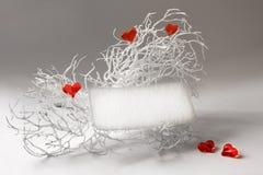 Cartão em branco em uma filial branca com corações Imagens de Stock Royalty Free