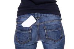 Cartão em branco no bolso traseiro das calças de brim foto de stock royalty free