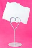 Cartão em branco no suporte do coração Fotografia de Stock Royalty Free