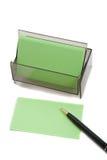 Cartão (em branco) verde do negócio no branco com pena Fotografia de Stock Royalty Free