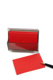 Cartão (em branco) vermelho do negócio no branco com pena. Imagem de Stock Royalty Free