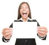 Cartão excited do sinal do espaço em branco da terra arrendada da mulher de negócio Fotografia de Stock Royalty Free