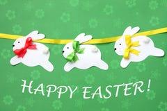 Cartão feito à mão da Páscoa: festão de papel festiva do coelho isolada no fundo da flor Fotos de Stock