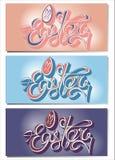 Cartão feliz colorido da Páscoa com texto de três cores, fundo ovo-azul, cor-de-rosa e violeta, logotipo tirado mão do vetor ilustração stock