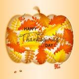 Cartão feliz da ação de graças com a abóbora nas folhas de outono ilustração stock