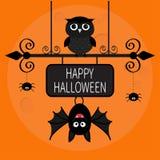 Cartão feliz de Halloween Bastão que pendura na placa do sinal do ferro forjado Pássaro da coruja, linha Web do traço da aranha Foto de Stock Royalty Free