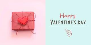 Cartão feliz do dia de Valentim com o presente vermelho no azul Conceito mínimo foto de stock royalty free