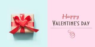 Cartão feliz do dia de Valentim com o presente vermelho no azul Conceito mínimo imagem de stock royalty free