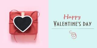 Cartão feliz do dia de Valentim com o presente vermelho no azul Conceito mínimo fotos de stock royalty free