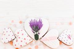 Cartão feliz do dia do ` s da mãe corações da cookie com alfazema fl imagem de stock royalty free