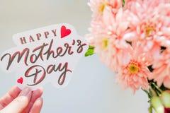 Cartão feliz do dia do `s da matriz Cartão com ramalhete da mola Flores cor-de-rosa do crisântemo Doces felizes da cor pastel do  fotografia de stock