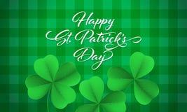 Cartão feliz do dia do ` s de St Patrick com o trevo do trevo no fundo verde do guingão Rotulação de St Patrick do vetor ilustração royalty free
