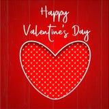 Cartão feliz do dia do ` s do Valentim com coração vermelho e branco em um fundo de madeira vermelho Imagem de Stock