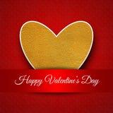 Cartão feliz do dia do ` s do Valentim com ouro e coração branco em um fundo textured vermelho Imagens de Stock