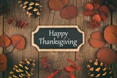Cartão feliz do quadro da ação de graças com as folhas de outono sobre a madeira imagens de stock