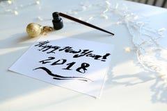 Cartão festivo com o ano novo feito com o de tinta preta no papel Imagem de Stock