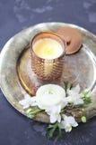 Cartão festivo do convite com as flores bonitas no backg escuro Foto de Stock