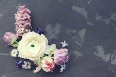 Cartão festivo do convite com as flores bonitas no backg escuro Fotos de Stock Royalty Free