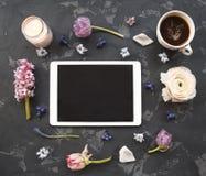 Cartão festivo do convite com flores e a xícara de café bonitas Fotos de Stock