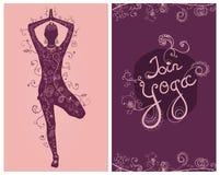 Cartão floral da ioga com a mulher da posição da árvore Fotos de Stock Royalty Free